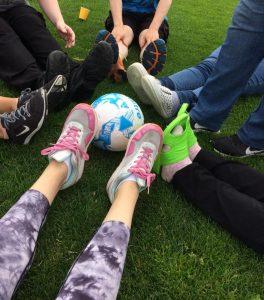Jalkapallo ja jalkoja sen ympärillä kävelyfutisharjoituksissa.