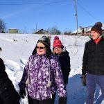 Neljän hengen kävelyryhmä talvisessa maisemassa.